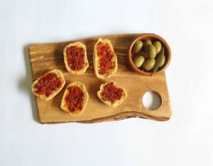 Tagliere rustico con olive e crostini